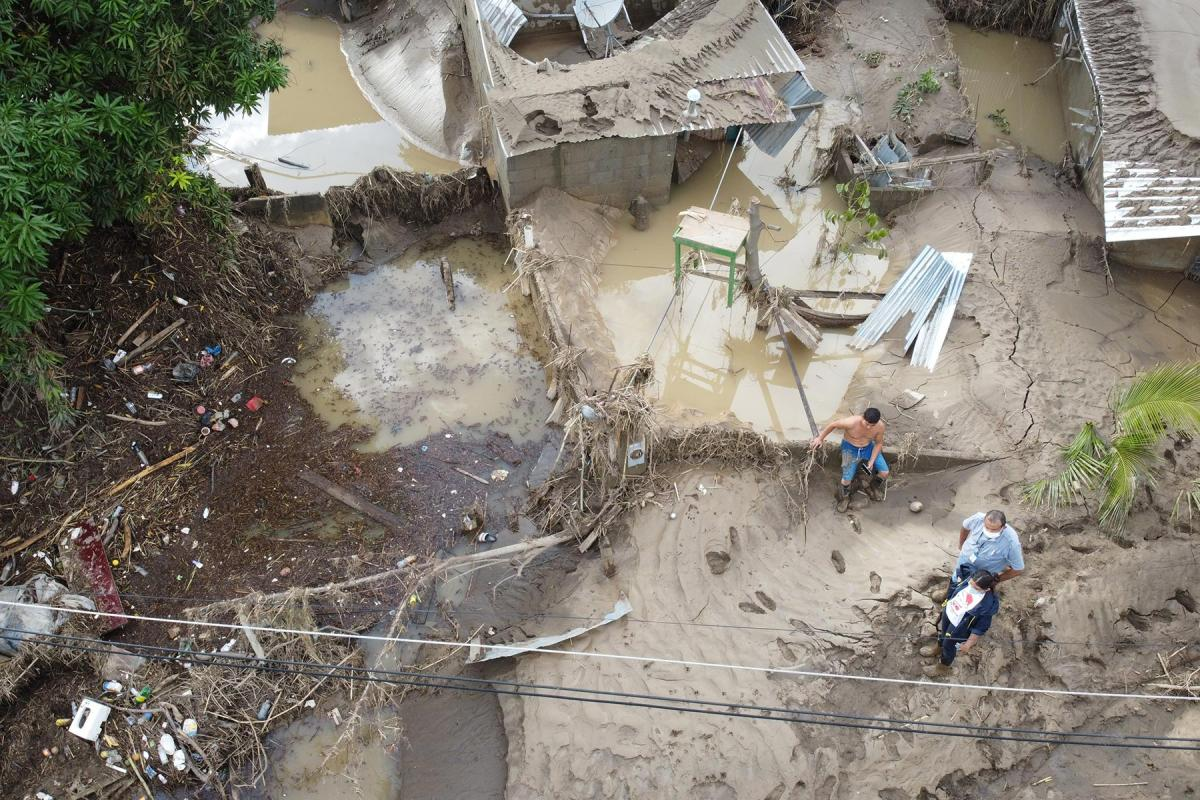 LWF Honduras representative Carlos Rivera (with white face mask) visits Chamelecón, Honduras, to look at damage done by hurricanes Eta and Iota. As the flooding came unexpectedly fast many people lost all their belongings. All Photos: Sean Hawkey